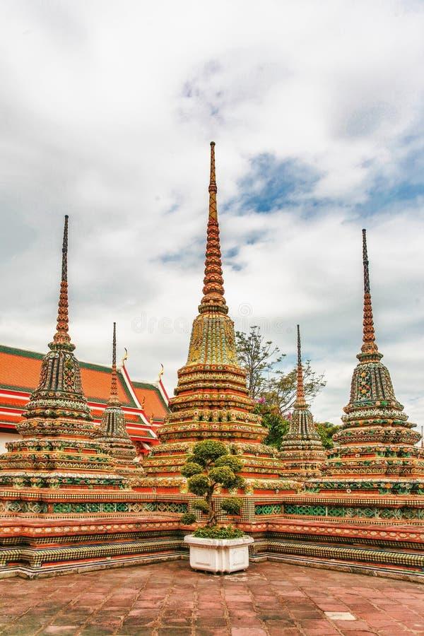 Cortile con Stupa a Wat Pho fotografia stock