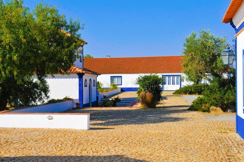 Cortile dalla proprietà tipica del paese, Camere bianche tipiche dell'Alentejo, viaggio Portogallo immagine stock