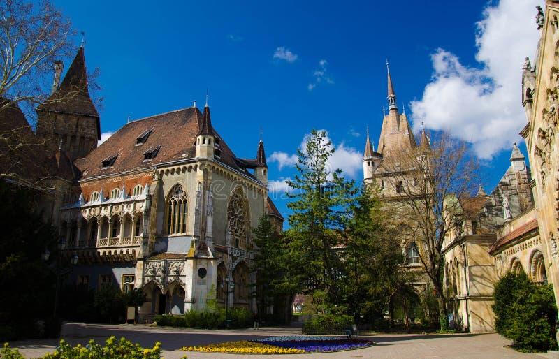Cortile del castello di Vajdahunyad nel parco della città, Budapest, Ungheria immagine stock