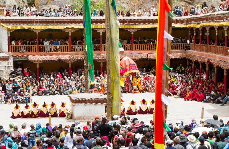 Cortile del monastero durante il festival di ballo di Cham di buddismo tibetano, pieno degli spettatori e degli esecutori in Hemi immagine stock