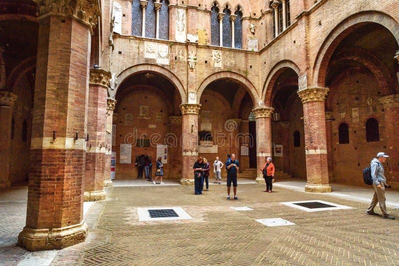 Cortile del Podesta, pátio de Palazzo Pubblico em Siena Italy imagem de stock