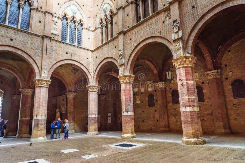 Cortile del Podesta, pátio de Palazzo Pubblico em Siena Italy fotografia de stock royalty free