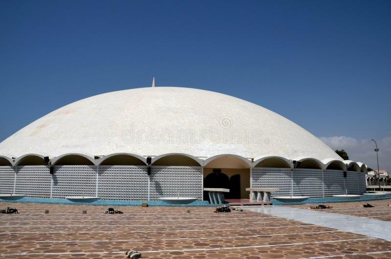 Cortile dell'entrata a Masjid Tooba o moschea rotonda con il minareto della cupola e la difesa di marmo Karachi Pakistan dei giar fotografie stock libere da diritti