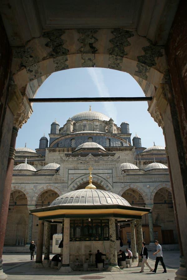 Cortile della moschea di Beyazit (Costantinopoli, Turchia) fotografia stock libera da diritti