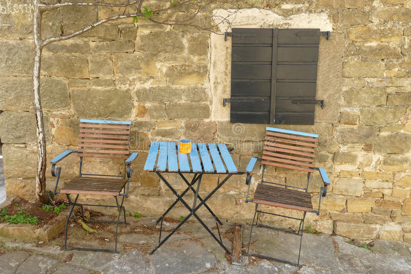 Cortile di Istrian con le sedie immagine stock libera da diritti