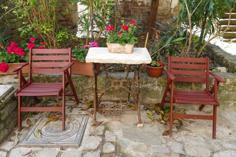 Cortile di Istrian con le sedie fotografie stock libere da diritti
