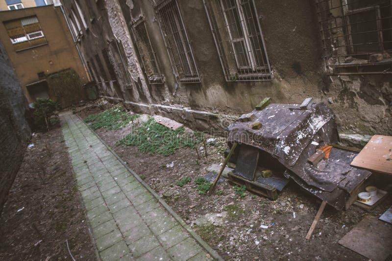 Cortile di una casa abbandonata dell'inquilino immagine stock libera da diritti