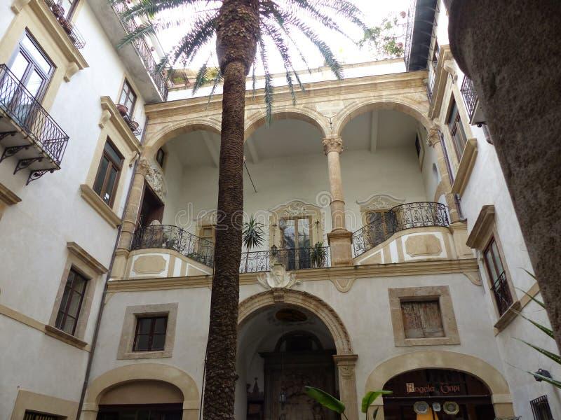 Cortile di una casa barrocco a Palermo in Sicilia, Italia fotografia stock libera da diritti