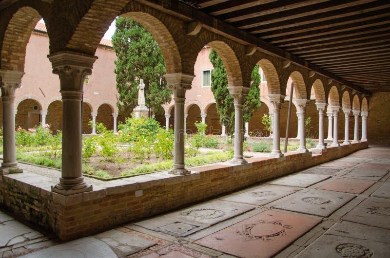 Cortile ed elementi decorativi dell'interno della chiesa San Francesco della Vigna a VENEZIA, ITALIA fotografia stock