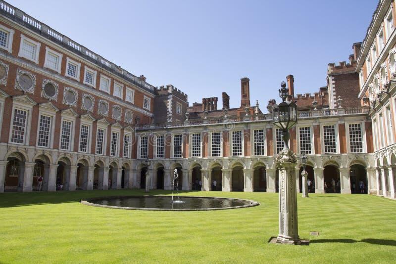 Cortile a Hampton Court Palace che originalmente è stato costruito per il cardinale Thomas Wolsey 1515, più successivamente immagine stock