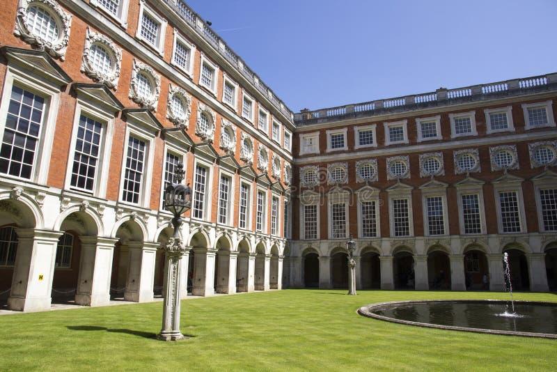 Cortile a Hampton Court Palace che originalmente è stato costruito per il cardinale Thomas Wolsey 1515, più successivamente fotografie stock libere da diritti