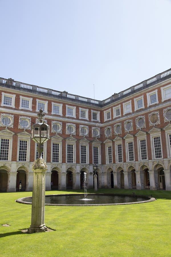 Cortile a Hampton Court Palace che originalmente è stato costruito per il cardinale Thomas Wolsey 1515, più successivamente immagini stock