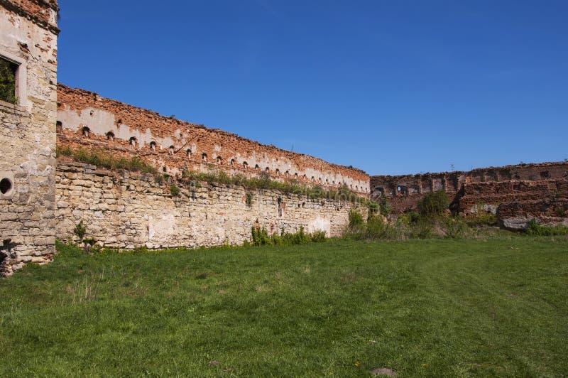Cortile interno di vecchio castello rovinato con immagine stock libera da diritti