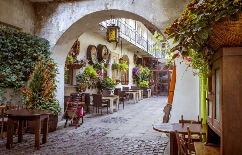 Cortile nel quarto ebreo del distretto di Kazimierz a Cracovia, Polonia fotografie stock libere da diritti