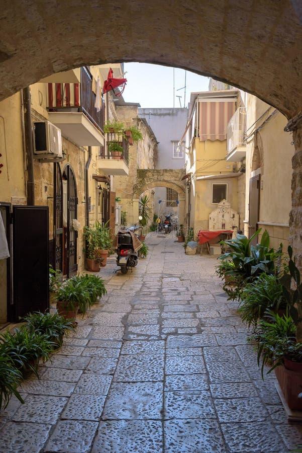 Cortile nella vecchia città di Bari fotografia stock