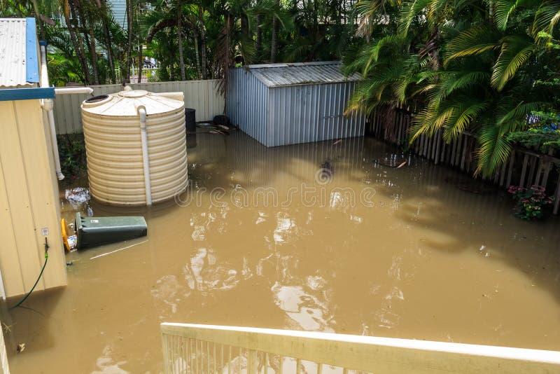 Cortile posteriore sotto acque di inondazione immagine stock