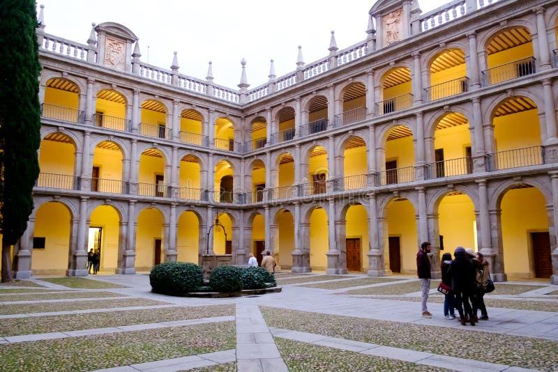 Cortile storico dell'università spagnola di Alcala de Henares, S immagini stock libere da diritti