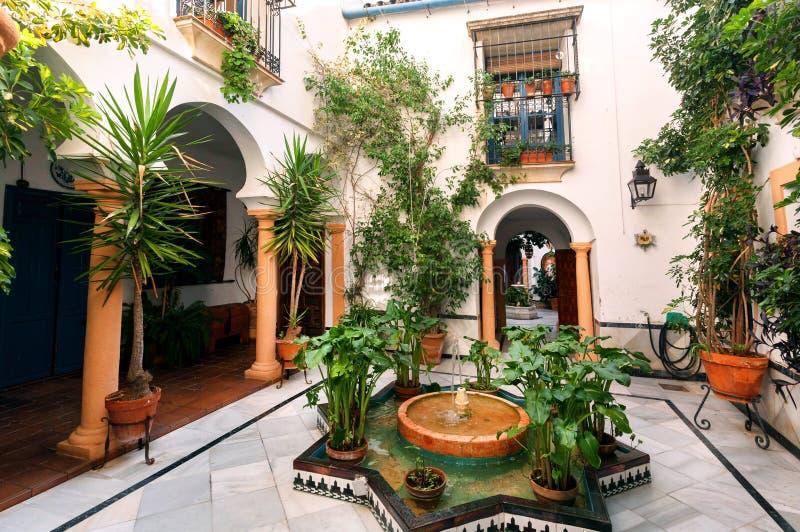 Cortile tradizionale con le colonne, fontana, decorazione dell'Andalusia Case storiche a Cordova, Spagna fotografia stock libera da diritti