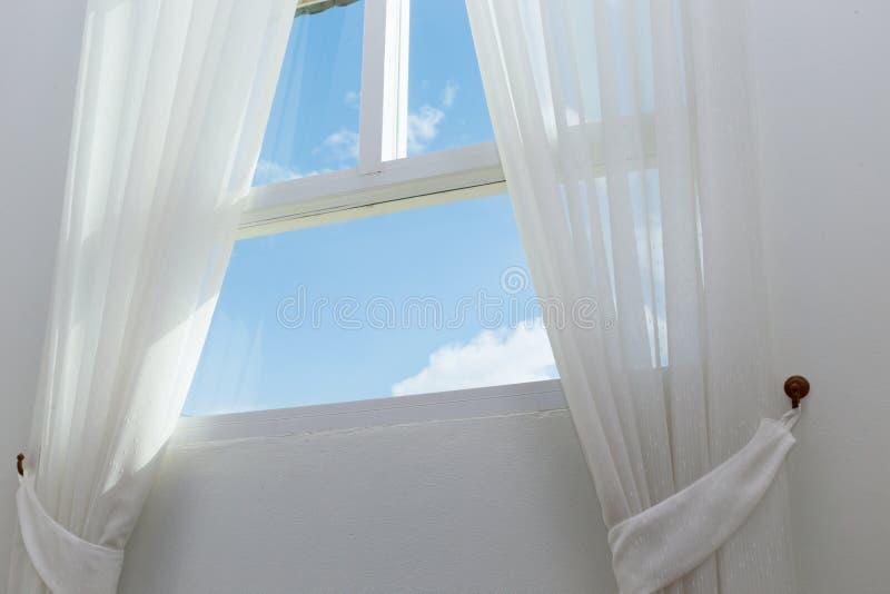 Cortina branca na janela imagens de stock