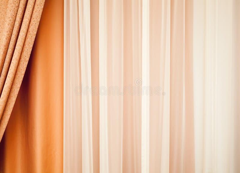 Cortina colorida con el modelo que agita Fondo foto de archivo libre de regalías