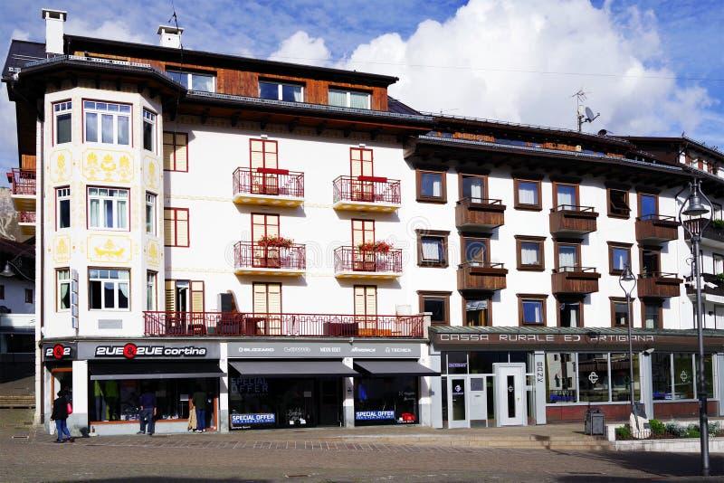 CORTINA d «AMPEZZO, WŁOCHY, 18 PAŹDZIERNIK, 2018: Pejzaż miejski Cortina d Ampezzo sławny kurort w dolomitach obrazy royalty free