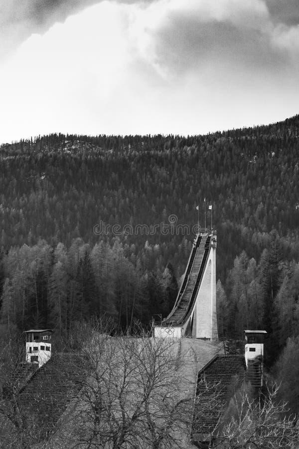 Cortina d'Ampezzo, Italia - 2 gennaio 2019: la vista sulla collina di salto con i sci ha chiamato il olimpico di trampolino che è immagini stock