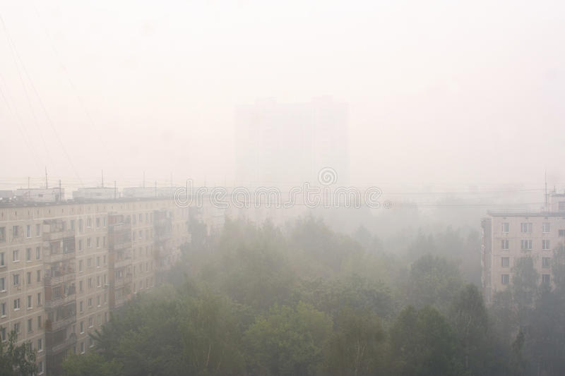 Cortina de fumo sobre Moscovo após incêndios florestais fotos de stock