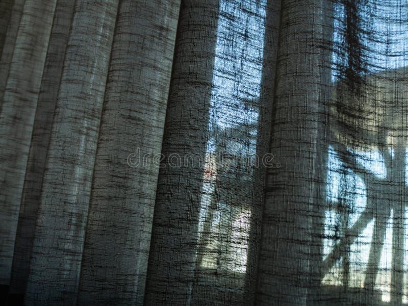 Cortina de la tela con el sistema visible de la tabla y de la silla afuera fotos de archivo libres de regalías