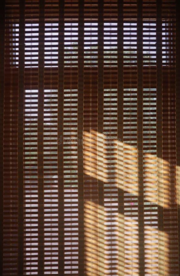 cortina de madera con la luz del sol, diseño interior para el residente de Asia imágenes de archivo libres de regalías