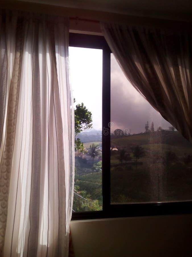 Cortina del blanco del dormitorio de la opinión de la ventana fotografía de archivo
