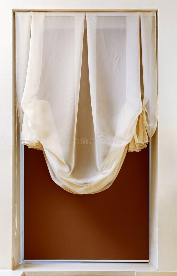 Cortina del estilo del nouveau del arte en marco de ventana foto de archivo