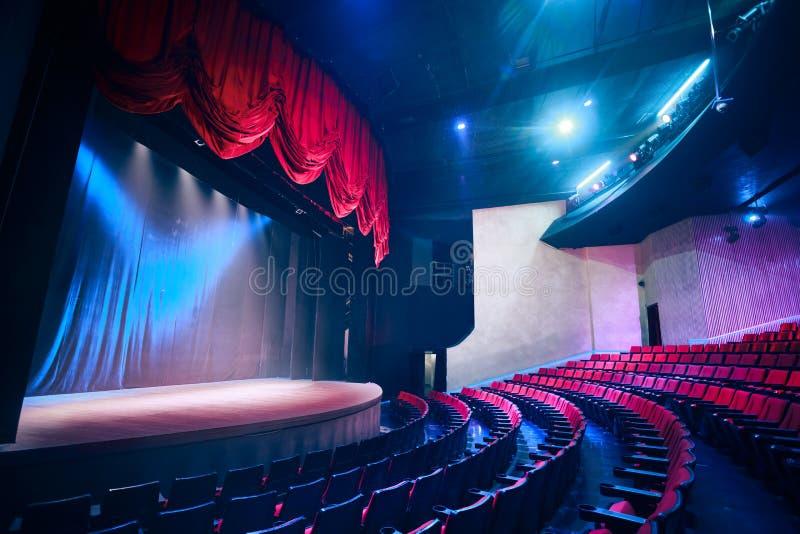 Cortina do teatro com iluminação dramática fotografia de stock royalty free