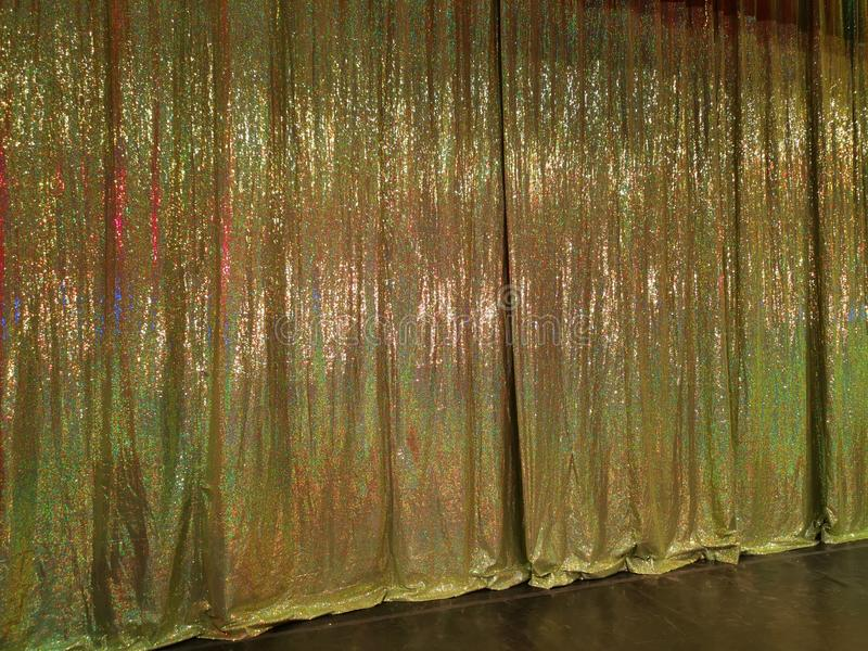 A cortina dourada na fase do teatro foto de stock