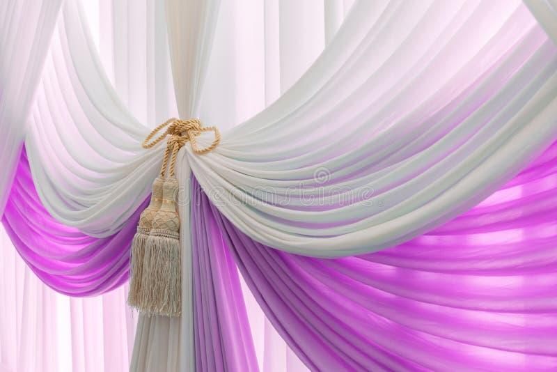 Cortina dulce de lujo y borla blancas y violetas imagen de archivo