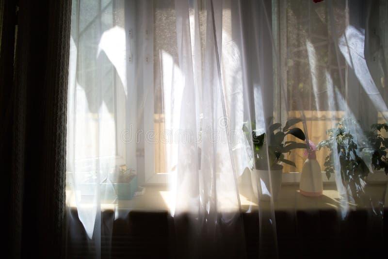 Cortina en la ventana por mañana imagenes de archivo