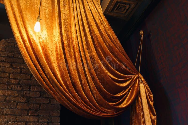 Download Cortina Grande Dourada Na Parede De Tijolo Ilustração Stock - Ilustração de classical, backdrop: 80101852