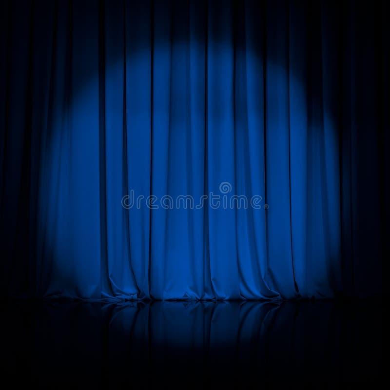 A cortina ou drapeja o fundo azul do teatro imagem de stock royalty free