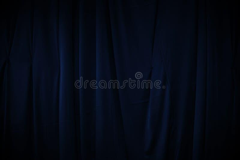 A cortina ou drapeja a obscuridade - fundo azul foto de stock royalty free
