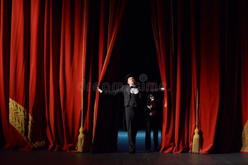 Cortina roja del teatro fotos de archivo