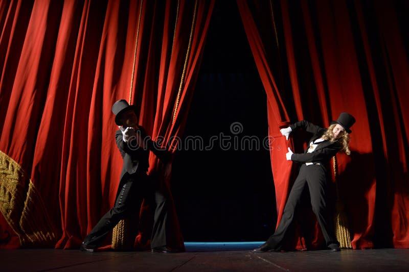 Cortina roja del teatro imagenes de archivo