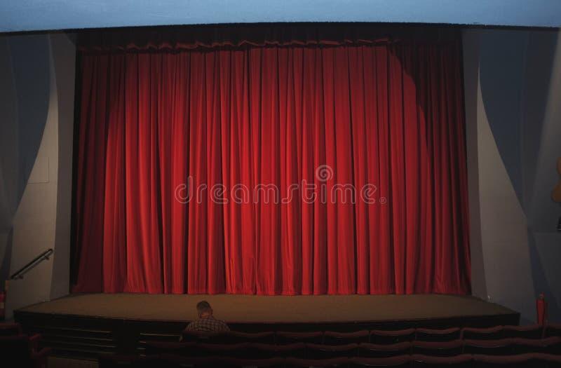 Cortina roja en un cine vacío fotografía de archivo