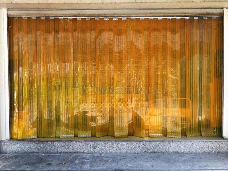 Cortina transparente amarilla de la tira del PVC para el polvo de la protección imágenes de archivo libres de regalías