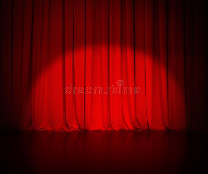 A cortina vermelha do teatro ou drapeja o fundo com foto de stock