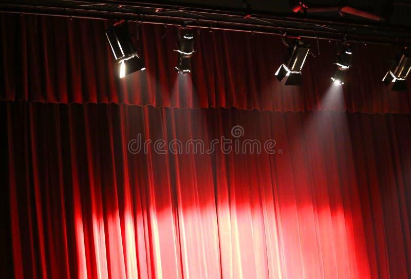 Cortina vermelha do teatro sobre a fase e as luzes fotografia de stock