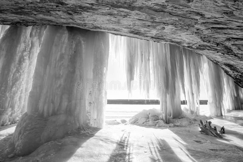 Cortina y cueva magníficas del hielo de la isla en península de la parte superior del ` s de Michigan imagen de archivo libre de regalías