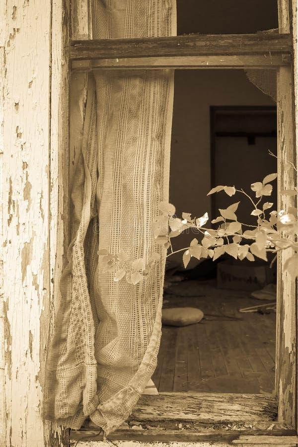 Cortina y ventana quebrada fotografía de archivo