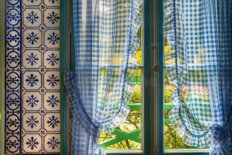 Cortinas azules en la casa de Monet en Giverny, Francia imágenes de archivo libres de regalías