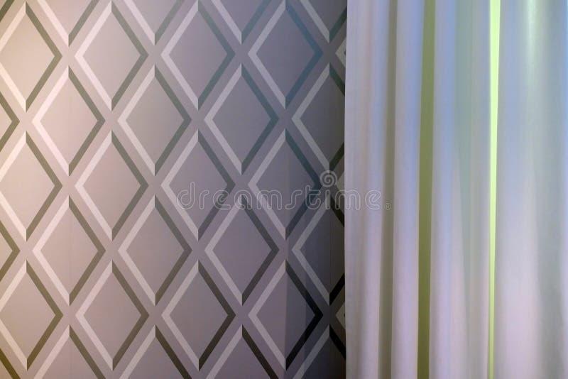 Cortinas da tela escuras e cores claras ilustração royalty free
