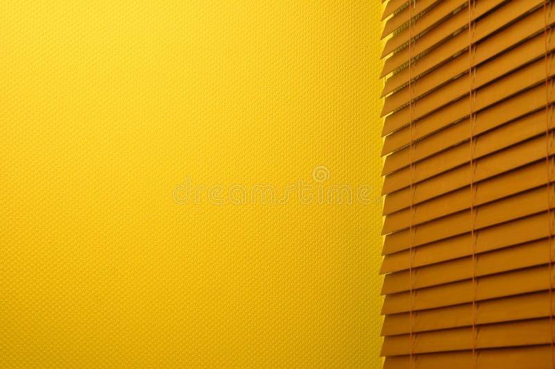 Cortinas de indicador & parede amarela imagens de stock