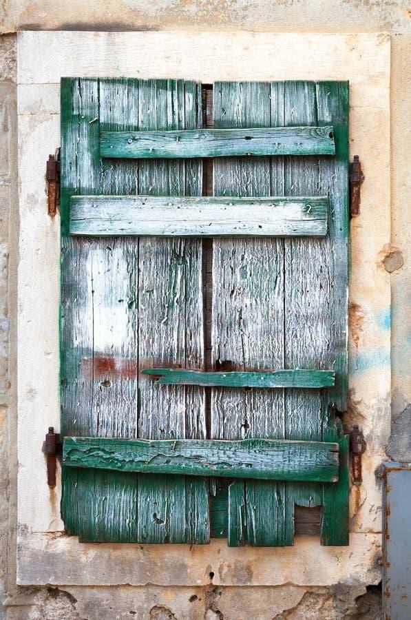 Cortinas de janela de madeira verdes velhas imagens de stock royalty free